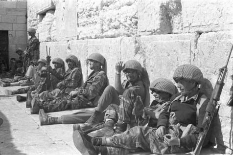 צנחנים עם סיום הלחימה, סמוך לכותל המערבי