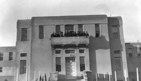 חזית בית חינוך עיוורים בירושלים בעת ביקור הנציב העליון ווקופ 1935