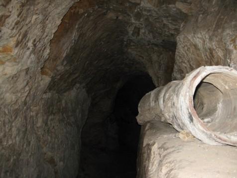 אמת המים החשמונאית בארמון הנציב. בתוכה צינור חרס מהתקופה העותומנית