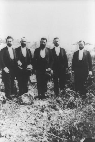 THEODOR HERZL (CENTER) WITH A ZIONIST DELEGATION  IN JERUSALEM IN 1900. (R. TO L.) Y. ZEIDNER, G. SCHNEERER,  M.Y. BODENHEIMER AND DAVID WOLFSON.  תאודור הרצל עם המשלחת הציונית בירושלים בשנת 1898.                                בצילום: מימין לשמאל, י. זיידנר, ג. שנירר, מ. י. בודנהיימר ודוד וולפסון.