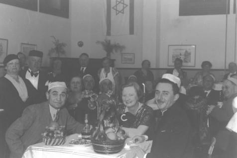 "MOSHE SHARET (R) ATTENDING A PUBLIC PASSOVER      ""SEDER"" IN JERUSALEM.  משה שרת (ימין), משתתף בסדר פסח ציבורי בירושלים."